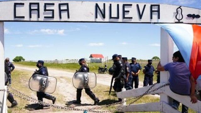 Efectivos policiales en el campo de Etchevehere
