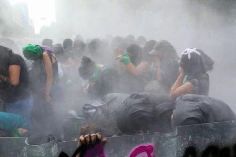 """La policía llamó la atención a quienes marcharon por su """"falta de valores"""" (FOTO: GRACIELA LÓPEZ /CUARTOSCURO)"""