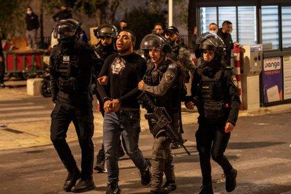 Fuertes altercados entre palestinos y policía israelí en el corazón Jerusalén (EFE/EPA/ATEF SAFADI)