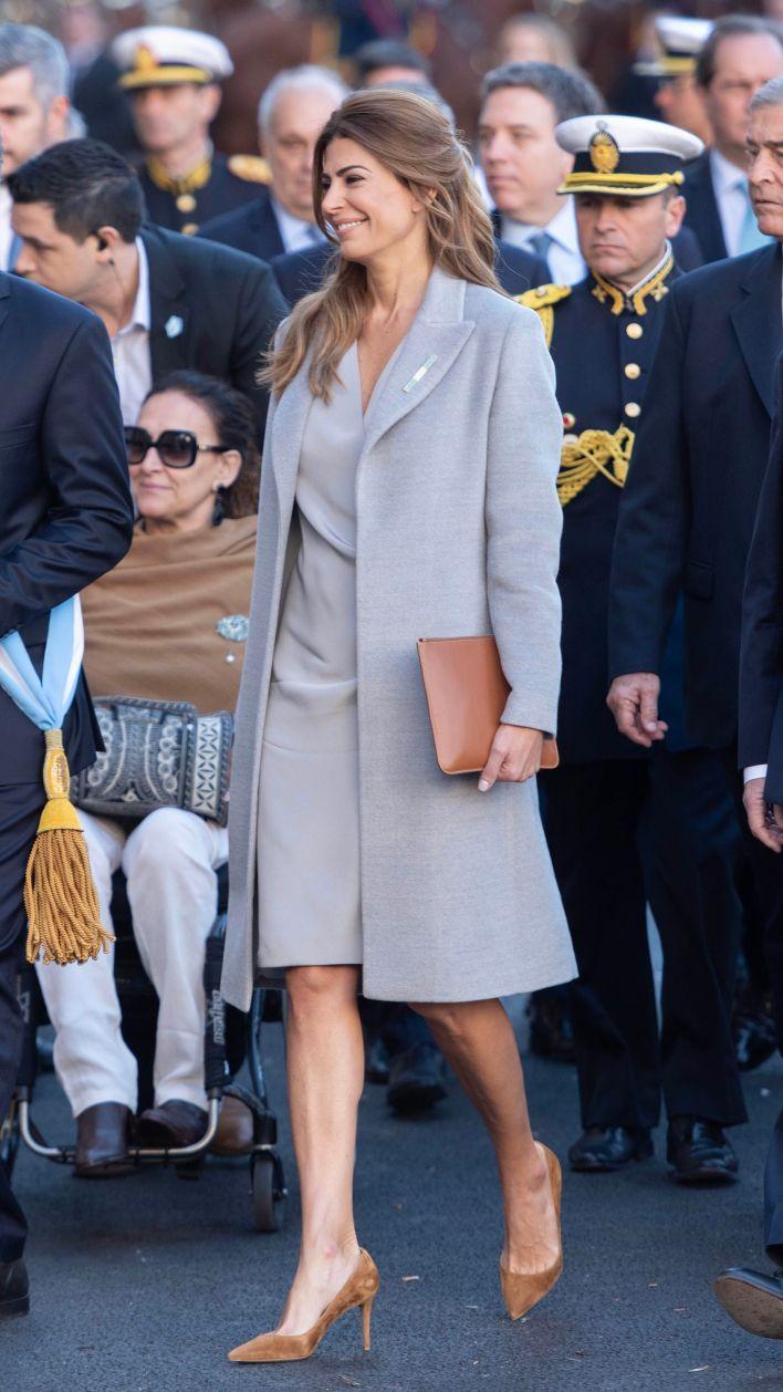 La primera dama eligió los colores gris y marrón para su outfit