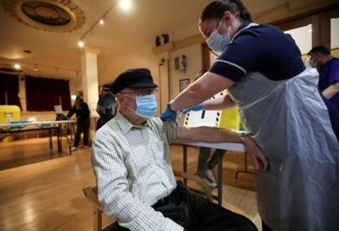 Un hombre es vacunado contra el coronavirus en Chesterfield, Reino Unido (REUTERS/Carl Recine/archivo)