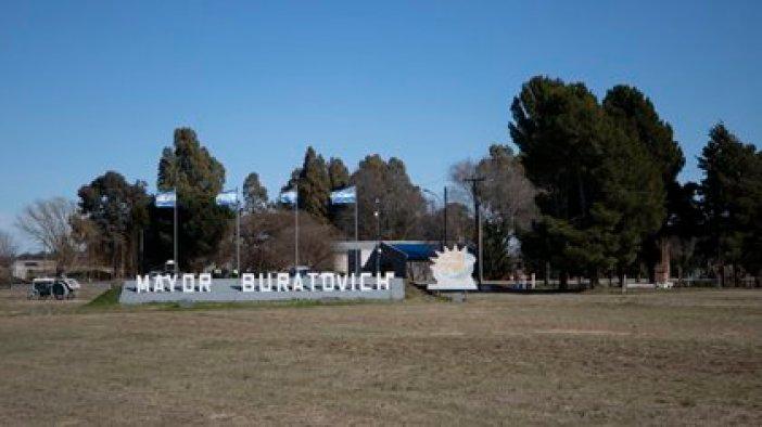 La entrada al pueblo Mayor Buratovich, donde Cristina Castro cree que comenzaron los problemas de su hijo con la Policía Bonaerense la mañana del 30 de abril