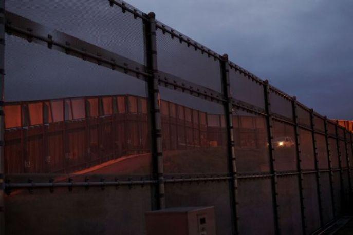 Muro que divide a Estados Unidos y México cerca a la paso fronterizo enSan Isidro, California. (AFP PHOTO)