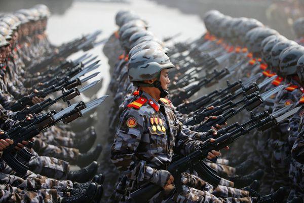 Soldados marchan durante el desfile del sábado. (REUTERS)