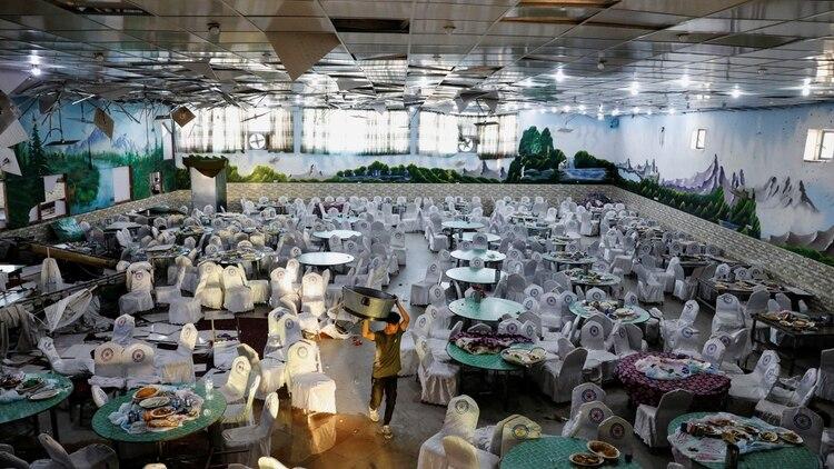 Así quedó el salón de bodas en Kabul tras el atentado del 18 de agosto en el que murieron 62 personas (REUTERS/Mohammad Ismail)