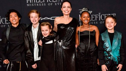 Angelina Jolie con cinco de sus seis hijos