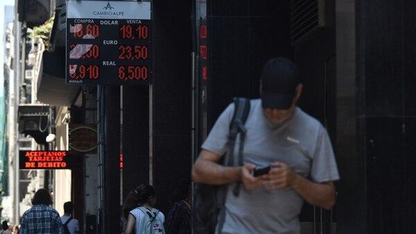 Escenas de la última semana con subas en la moneda de Estados Unidos. Los incrementos licuaron los beneficios por la quita impositiva (Adrián Escandar)