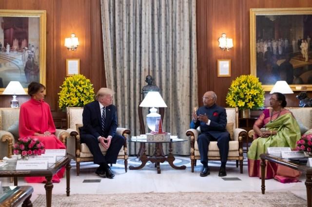 El presidente Donald Trump y la primera dama, Melania Trump, a la izquierda, participan en una reunión con el presidente indio Ram Nath Kovind y la esposa de éste, Savita Kovind, antes de un banquete de estado en Nueva Delhi, el martes 25 de febrero de 2020. (AP Foto/Alex Brandon, Pool)
