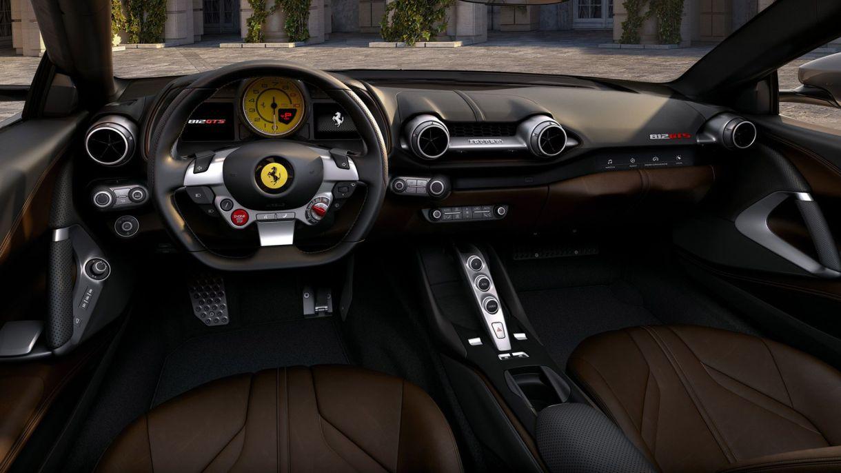 El interior del 812 GTS no luce pretensioso, pero tiene un arsenal de tecnología
