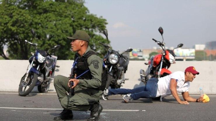 Soldados venezolanos apostados en La Carlota (Reuters)