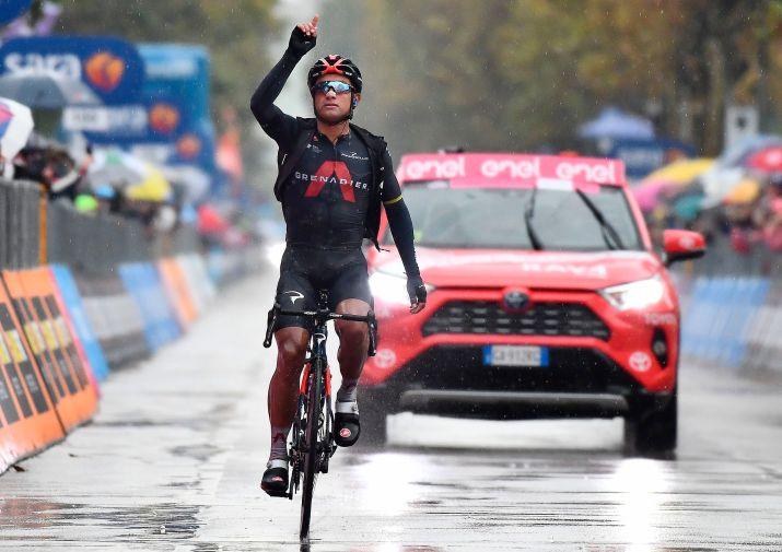 Fotografía de archivo fechada el 15 de octubre de 2020 que muestra al ciclista ecuatoriano Jhonatan Manuel Narváez del equipo Ineos Grenadiers mientras gana la etapa 12 de la carrera ciclista del Giro d'Italia 2020 en 204 km en Cesenatico (Italia). EFE/Luca Zennaro/Archivo