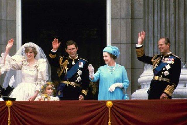 29 de julio de 1981, el príncipe Carlos y su esposa Diana, la princesa de Gales, y sus padres, la reina Isabel II y el príncipe Felipe, saludan desde el balcón del Palacio de Buckingham en Londres después de su matrimonio en la catedral de St. Paul