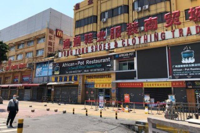 Un restaurante africano está cerrado junto con otros negocios en el área de Sanyuanli de Guangzhou (REUTERS/David Kirton)
