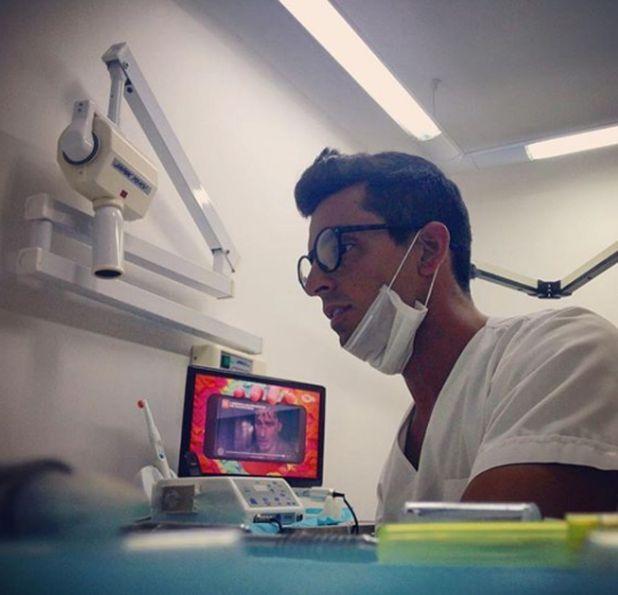 El hermano de la top model se recibió de odontólogo a los 22 años, y es especialista en prótesis, implantes y estética dental (Instagram)