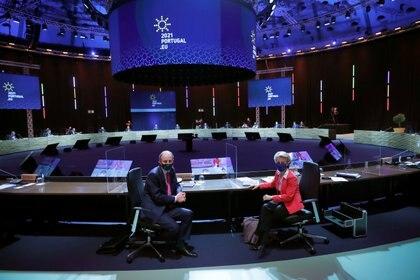 La presidenta de la Comisión Europea, Ursula von der Leyen, a la derecha, y el primer ministro de Irlanda, Micheal Martin, posan antes del inicio de una mesa redonda de la cumbre de la UE en el Crystal Palace de Oporto, Portugal, el 8 de mayo de 2021. Francisco Seco / Pool via REUTERS