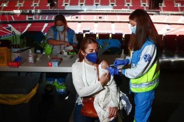 Una mujer recibe una dosis de la vacuna de AstraZeneca contra el coronavirus en el estadio del Atlético de Madrid, el Wanda Metropolitano, en Madrid, España. 24 marzo 2021. REUTERS/Sergio Pérez