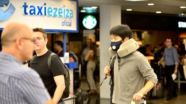 Los barbijos se convirtieron en un aliado de los pasajeros que pasan por el aeropuerto de Ezeiza (Foto: Gustavo Gavotti)