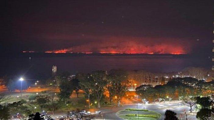 Otra vista de las llamas desde la costanera de Rosario (@tanea_coronato)