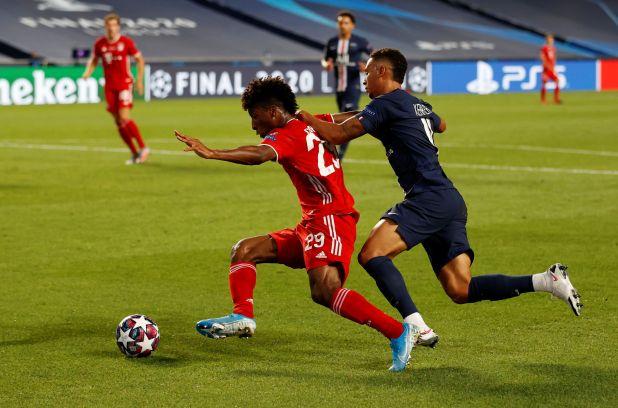 Kingsley Coman (Bayern Múnich) y Jan Kehrer (PSG), protagonistas de la acción más polémica de la final de la Champions League (REUTERS/Matthew Childs/Pool)