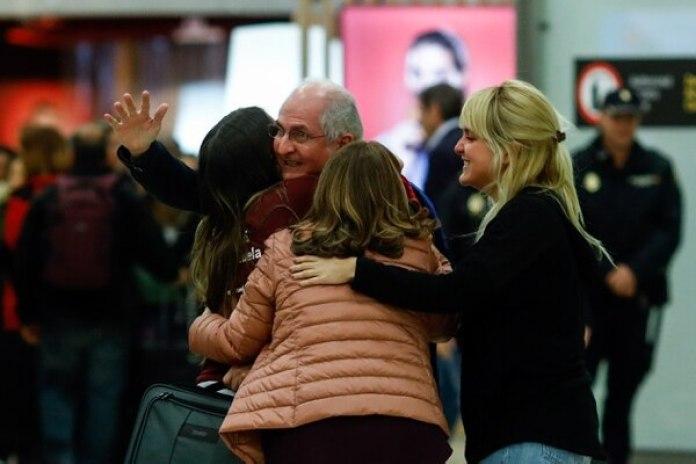 Ledezma se funde en un abrazo con su familia a su llegada a España. (AFP PHOTO / OSCAR DEL POZO)