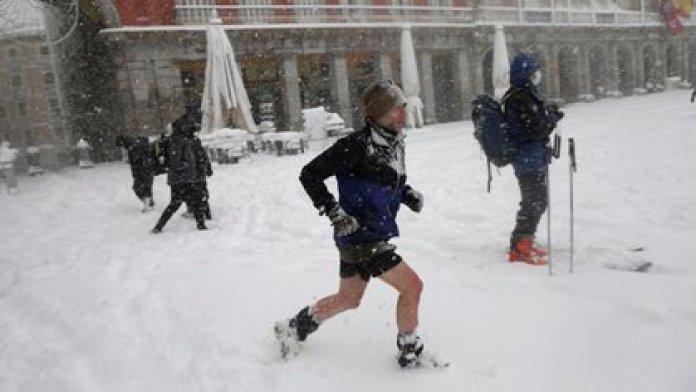 Un hombre corre en la Plaza Mayor (AP Photo/Andrea Comas)