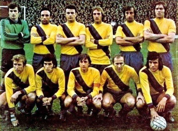 La formación del Barça a fines de los 70, con Cruyff (capitán, tercero abajo de izquierda a derecha) y Heredia (con la pelota, abajo a la derecha). Foto @Elwood_White