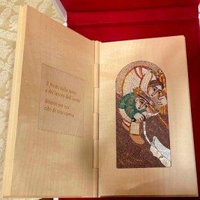 El mosaico entregado por el Papa Francisco al presidente Alberto Fernández