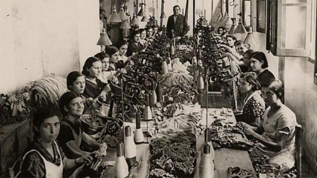 Las obreras exigíanreducción de la jornada laboral, igualdad salarial (los hombres que cubrían los mismos puestos eran mejor pagos), horario de lactancia y la creación de un sindicato.