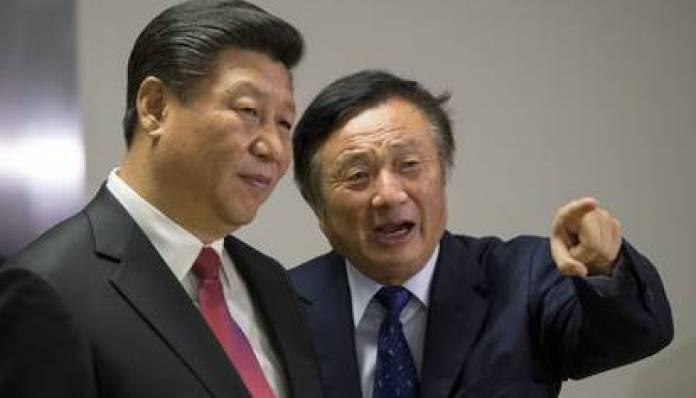 Ren Zhengfei, el ex ingeniero del ejército chino que fundó Huawei en 1987, le muestra las oficinas de Huawei Technologies Co Ltd en Londres, al jefe del régimen chino Xi Jinping (Reuters)