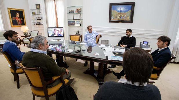 Axel Kicillof, en la cabecera de la mesa. A su derecha, el jefe de Gabinete, Carlos Bianco, y el intendente de La Plata, Julio Garro. A la izquierda, los jefes comunales Manuel Passaglia (San Nicolás) y Miguel Fernández (Trenque Lauquen)