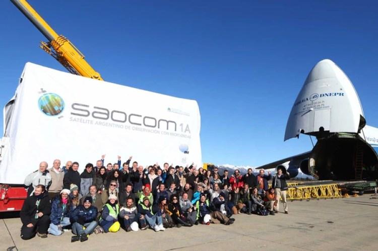El avión Antonov en el aeropuerto de San Carlos de Bariloche espera la carga del Saocom