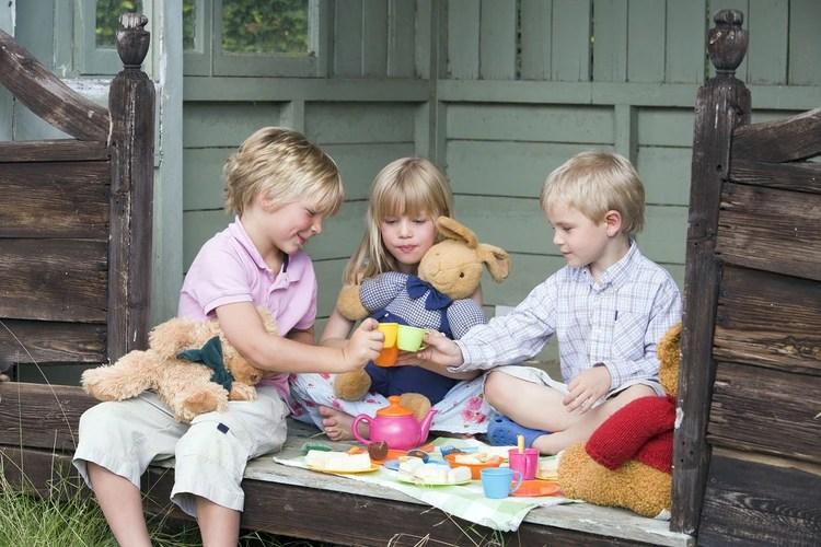 Los niños eligen naturalmente lo que a ellos les gusta sin fijarse en el color o el tipo de juego (Shutterstock)