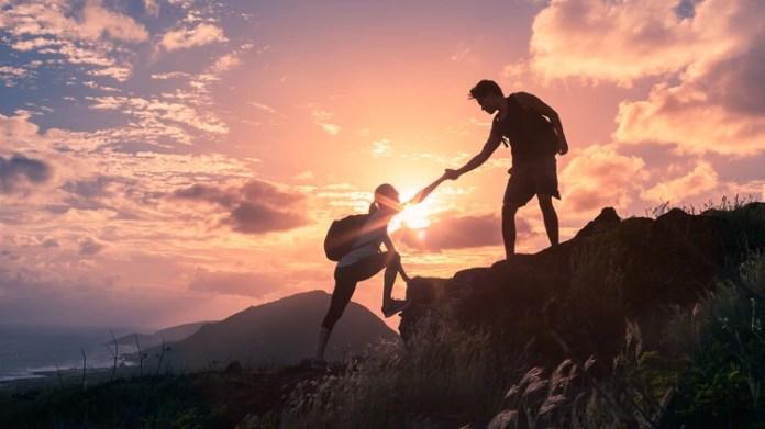 Es muy común encontrarnos con amigos a los que sentimos que les ha pasado de todo y, aún así, se mantienen enteros (Getty Images)