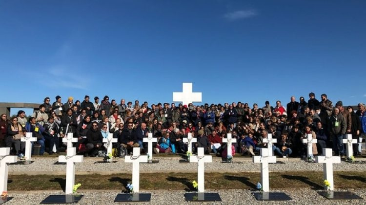 Los familiares de los soldados identificados, el 26 de marzo de 2018, cuando viajaron a las islas para honrar ahéroes que finalmente teníantumbas con sus nombres