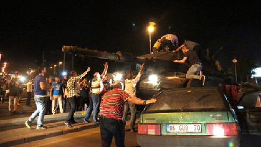 Группа граждан задерживает танк во время попытки военного переворота в Турции в 2016 году (AP)