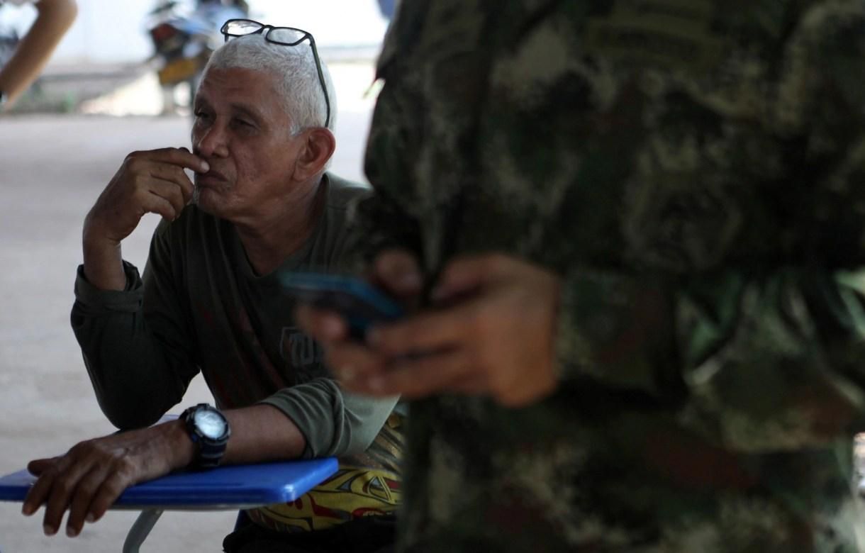 Ricardo Bolaños, ex guerrillero, en una conferencia con senadores colombianos en un campo de Pondores (Reuters)