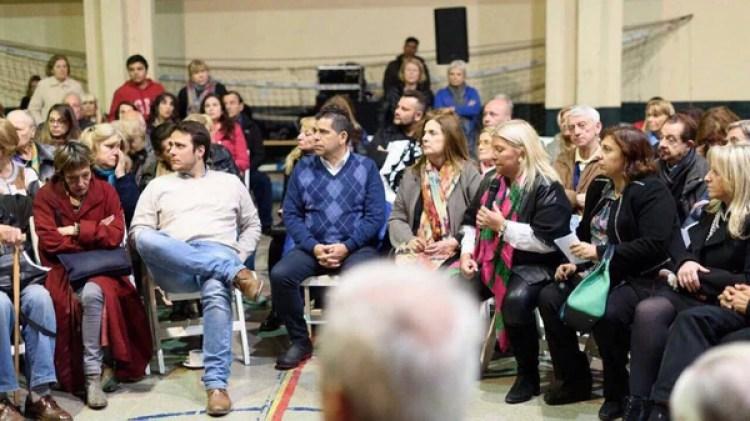 Hernán Reyes, Claudio Romero, Cármen Polledo y Paula Olivetto en la charla con vecinos junto a Carrió