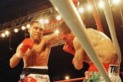 En 1996, Julio César Chávez perdió por segunda vez en su carrera ante Óscar de la Hoya (Foto: AFP)