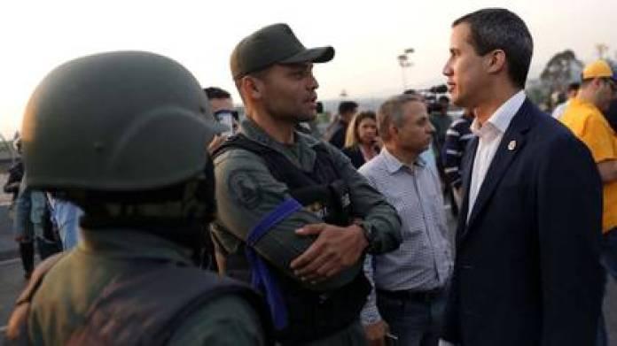 Juan Guaidó conversa con uno de los que se levantó contra el régimen el  30 de abril (REUTERS/Manaure Quintero)