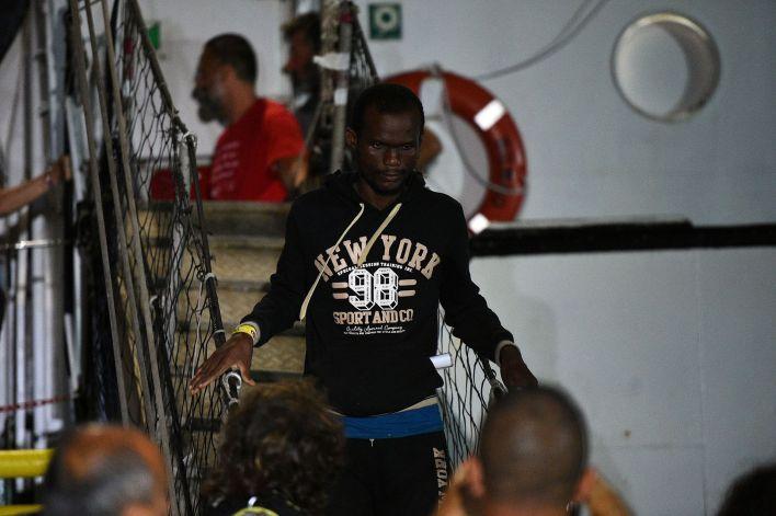 Un hombre baja del barco tras varios días de angustia e incertidumbre sobre su futuro(REUTERS/Guglielmo Mangiapane)