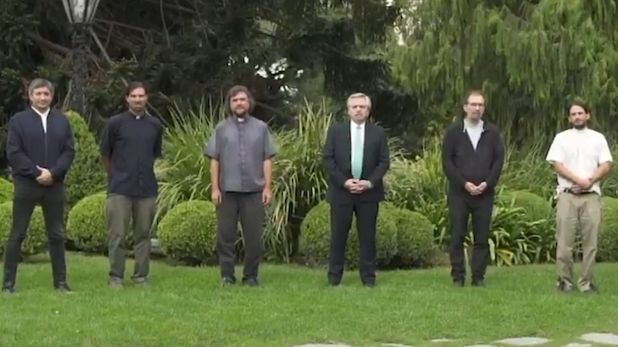 Alberto Fernández, Máximo Kirchner y los curas villeros en el parque de la quinta de Olivos