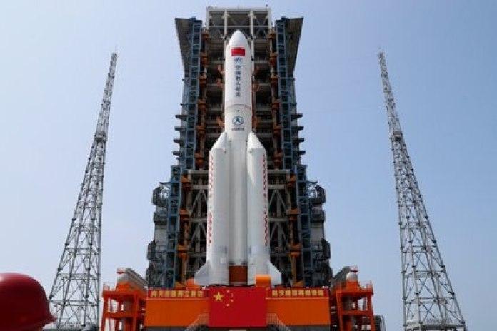El cohete Long March-5B Y2, que transporta el módulo central de la estación espacial china Tianhe, en la plataforma de lanzamiento del Centro de Lanzamiento Espacial Wenchang en la provincia de Hainan. Fuera de control, los restos del artefacto podrían caer en varias zonas aún no especificadas (Reuters)