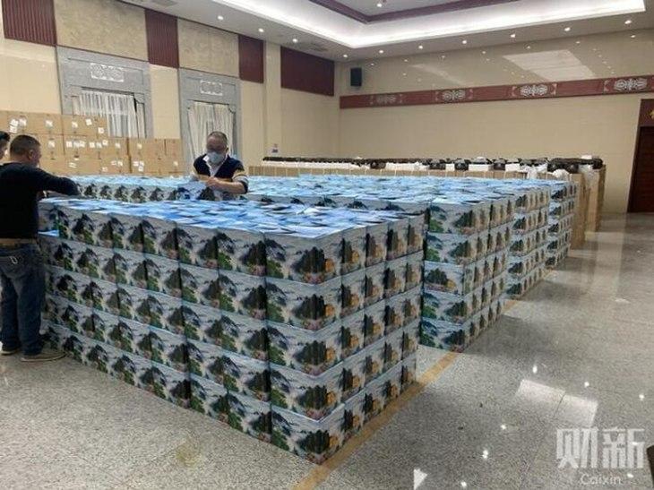 Las urnas apiladas en una funeraria de Wuhan, epicentro de brote de coronavirus en China. El régimen chino también mintió sobre la cantidad de muertos, de acuerdo a una investigación periodística independiente (Foto: Caixin)