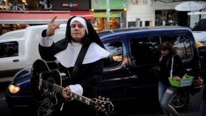 Vestido de monja y con una guitarra, así apareció Aldana en una protesta en su contra en 2016