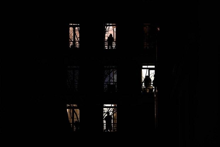 Los balcones, nuevo escenario protagonista de las ciudades bajo cuarentena (AFP)