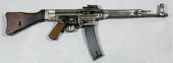 El fusil de asalto Stg 44 entró en servicio en 1944 en la Alemania Nazi y fue un diseño muy influyente durante la posguerra (Armémuseum Stockholm)