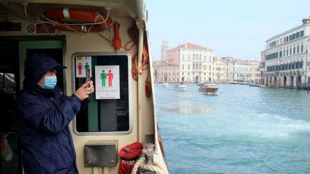 Un turista con mascarilla en Venecia (REUTERS/Manuel Silvestri)
