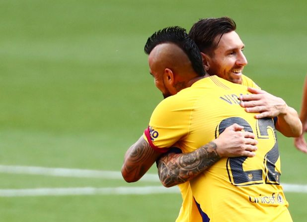 El abrazo entre Messi y Vidal en el 1-0 del Barcelona ante Valladolid (REUTERS/Sergio Perez)