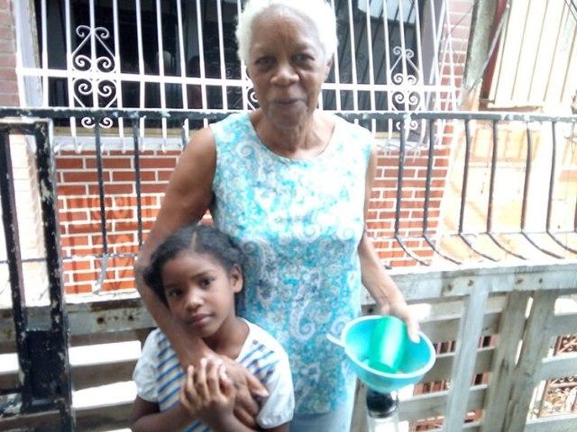 Candelaria Rojas y su nieta acuden aun comerdor popular en Caracas