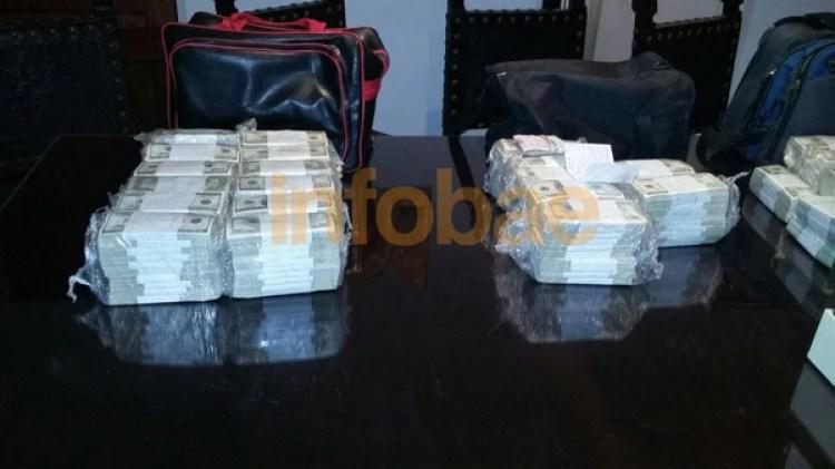 Los bolsos y los dólares con los que José López fue detenido